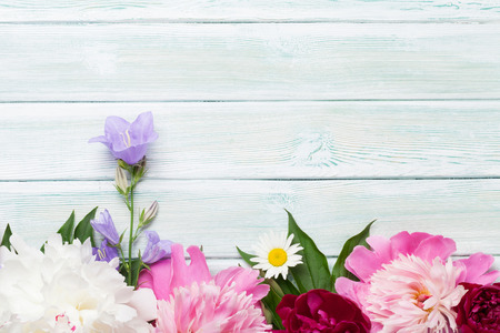 Garden peony flowers on wooden background. Top view with copy space Banco de Imagens