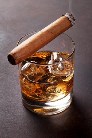 氷と石のテーブルで葉巻とウイスキー