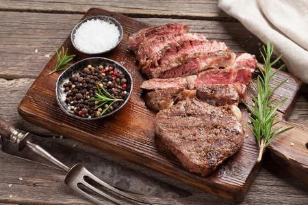 커팅 보드에 향신료와 구운 된 쇠고기 스테이크 스톡 콘텐츠