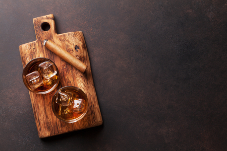 Whisky con ghiaccio e sigaro. Vista superiore con spazio di copia Archivio Fotografico - 82234385
