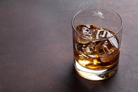 氷でウイスキー。コピー スペース 写真素材
