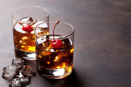 Manhattan-cocktail met whisky. Met kopie ruimte Stockfoto