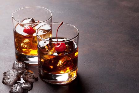 Manhattan-Cocktail mit Whisky. Mit Kopie Raum Standard-Bild - 82683612