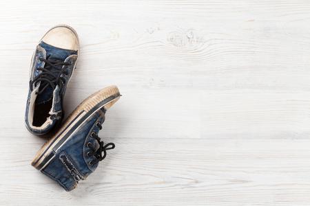 Paar Sneakers auf Holzuntergrund. Draufsicht mit Kopie Raum Standard-Bild - 83495687