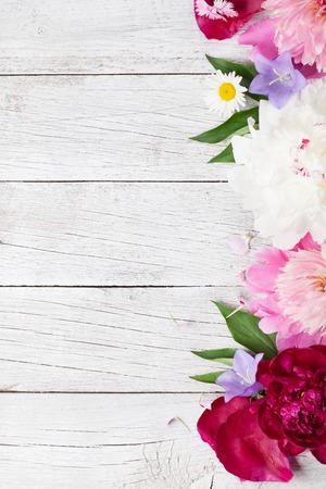 Tuin bloemen op houten achtergrond. Bovenaanzicht met kopie ruimte Stockfoto