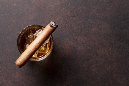 Whiskey with ice and cigar. Top view with copy space Zdjęcie Seryjne - 83573368