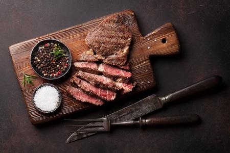 커팅 보드에 향신료와 구운 된 쇠고기 스테이크. 평면도
