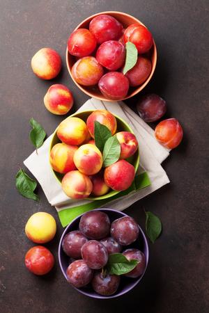 石のテーブルに新鮮な熟した桃。トップ ビュー