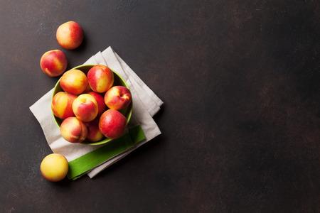 石のテーブルに新鮮な熟した桃。テキストのスペースのトップ ビュー