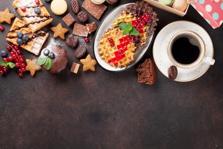 Koffie, snoep en wafels met bessen. Bovenaanzicht met kopie ruimte