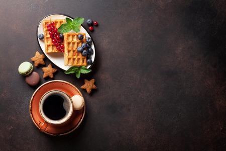 딸기와 함께 커피, 과자 및 와플. 복사 공간이있는 상위 뷰