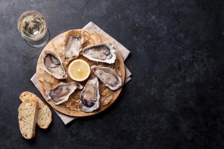 牡蠣、アイス、レモンを船上にオープン。コピースペースを使用したトップビュー 写真素材 - 85828459