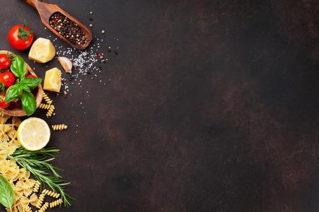 イタリア料理だ石のテーブルのパスタの原料。テキスト用のスペースを使用したトップビュー 写真素材