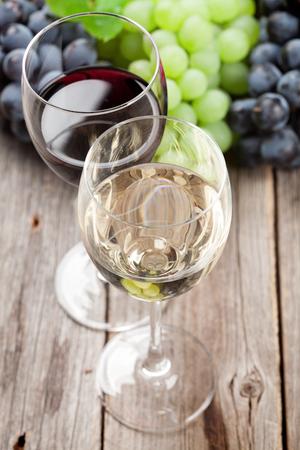 와인 잔과 포도 나무 테이블에 스톡 콘텐츠