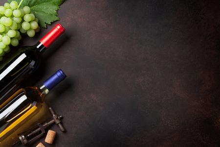 Bouteilles de vin et raisins sur la pierre en pierre . vue de dessus avec un espace pour votre texte Banque d'images - 86054146