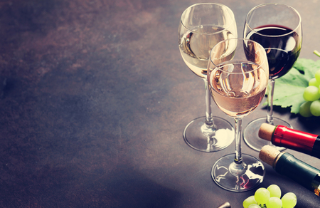 와인 안경 및 포도 돌 테이블입니다. 텍스트를위한 공간. 조율 된