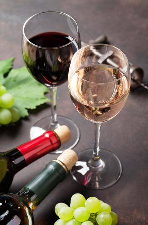 포도주 잔 및 돌 테이블에 포도