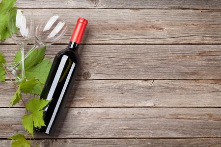 와인 병 및 안경 나무 테이블에. 텍스트를위한 공간으로 상위 뷰