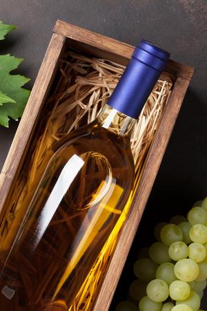 와인 병 및 포도 돌 테이블입니다. 평면도 스톡 콘텐츠