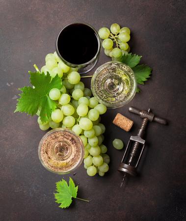 와인 안경 및 포도 돌 테이블입니다. 평면도