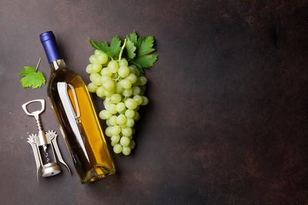 와인 병 및 포도 돌 테이블입니다. 텍스트를위한 공간으로 상위 뷰