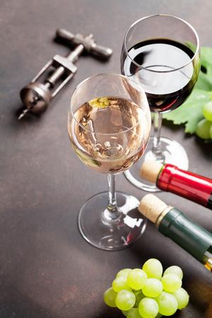 와인 안경 및 포도 돌 테이블입니다. 텍스트를위한 공간으로 스톡 콘텐츠 - 87336372
