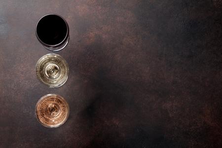 돌 테이블에 와인 안경입니다. 텍스트를위한 공간으로 상위 뷰 스톡 콘텐츠