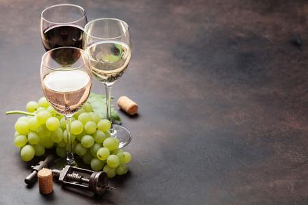 Wijnbril en druiven op stenen tafel. Met ruimte voor uw tekst