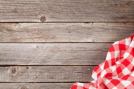 Keukenhanddoek op houten kooktafel. Bovenaanzicht met kopie ruimte
