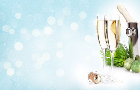 샴페인 안경 및 크리스마스 배경 위에 싸구려입니다. 인사 장을위한 공간이 있습니다.