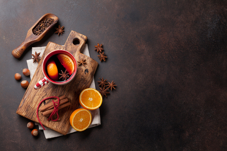 Christmas mulled wine and ingredients. Top view with copyspace 免版税图像
