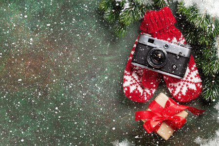 Xmas wenskaart. Kerstmisachtergrond met sneeuwspar, camera en giftdoos. Bekijk van bovenaf met ruimte voor uw groeten of foto Stockfoto