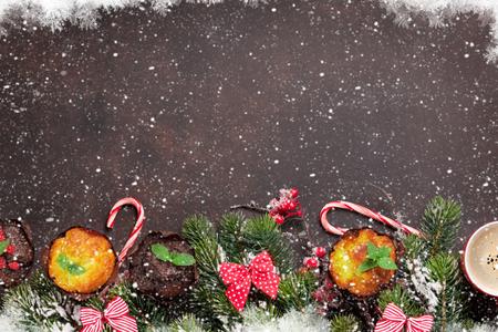 クリスマス グリーティング カード クリスマス ツリー、マフィンとコーヒー。あなたの挨拶のためのスペースのトップ ビュー