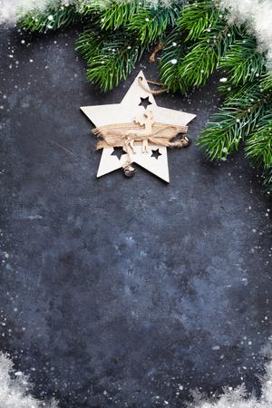 Kerstmisspar en decor over steenachtergrond. Bovenaanzicht met kopie ruimte voor uw groeten