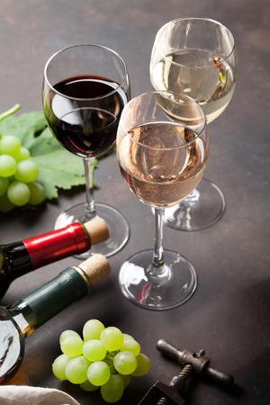 石のテーブルの上のワイングラスとブドウ