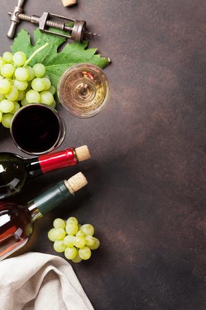 Bouteilles de vin et de raisins sur la table en pierre. Vue de dessus avec un espace pour votre texte Banque d'images - 89755727