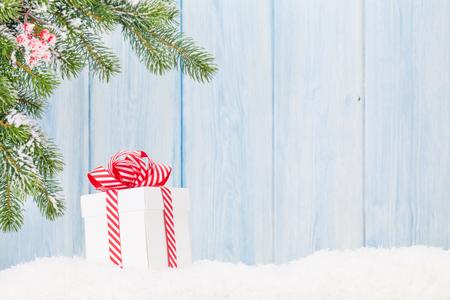 크리스마스 선물 상자와 눈 속에서 전나무 트리 분기합니다. 복사본 공간으로보기