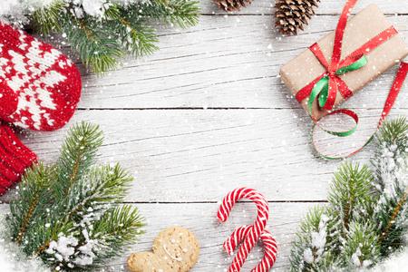 Boîte de cadeau de Noël, cannes de bonbon et sapin de neige sur une table en bois. Vue de dessus avec un espace pour vos salutations Banque d'images - 90246373