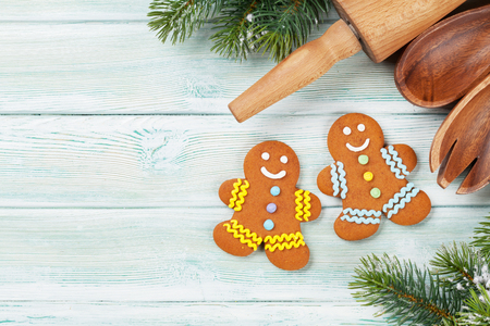 Xmas greeting card. Christmas background with snow fir tree and gingerbread cookies. View from above with space for greetings Standard-Bild