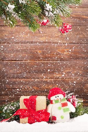 Carte de voeux de Noël avec jouet de Noël arbre et bonhomme de neige devant le mur en bois. Avec de l'espace pour vos salutations Banque d'images - 90961121