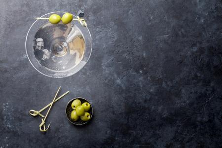 Martini-cocktail op donkere stenen tafel. Bovenaanzicht met ruimte voor uw tekst