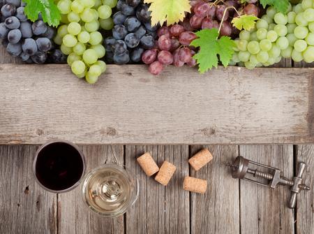 와인 안경 및 포도 나무 테이블에. 텍스트를위한 공간으로 상위 뷰