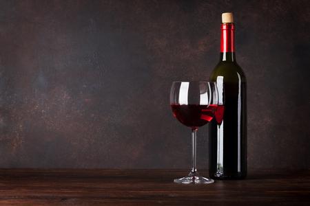 Rode wijnfles en glas voor bordmuur. Met kopie ruimte voor uw tekst