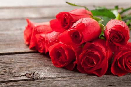 나무 테이블에 빨간 장미와 발렌타인 데이 인사말 카드 스톡 콘텐츠 - 93598444