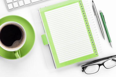 Wit bureau met koffie, computer en benodigdheden. Tafelblad. Bovenaanzicht met ruimte voor uw tekst