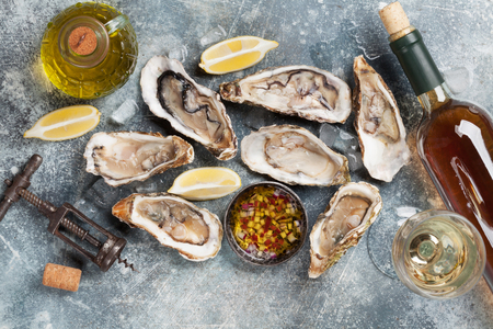 Fresh oysters and white wine on stone table. Top view Stockfoto - 96379352