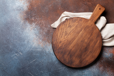 Cutting board over metal table background. Cooking backdrop. Top view with space for your recipe Stockfoto