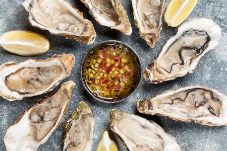 Fresh oysters on stone table. Top view Stockfoto