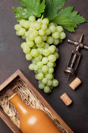 화이트 와인 병 및 포도 돌 테이블에. 평면도