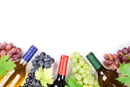 와인과 포도. 흰색 배경에 고립. 텍스트를위한 공간으로 상위 뷰